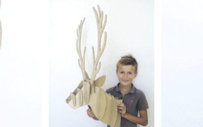 Un trophée de cerf en carton